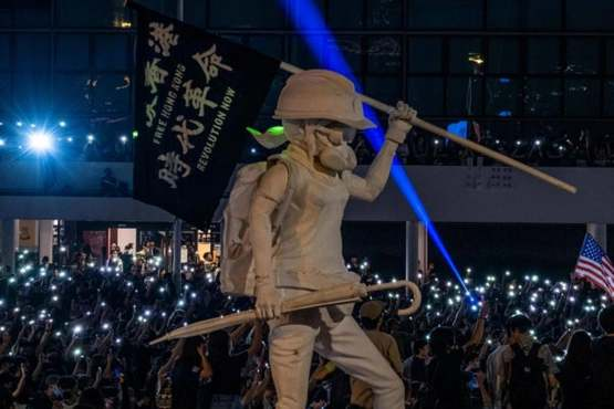 Hong Kong protesters raises a statue symbolizing their fight for freedom and democracy on tonight protest at central - Hong Kong.