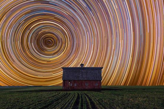 Long exposure of a farmhouse to star trails
