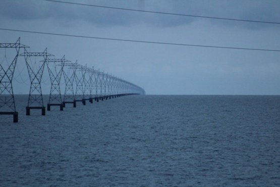 How the power lines at Lake Pontchartrain, Louisiana, USA simply and clearly show the curvature of the Earth
