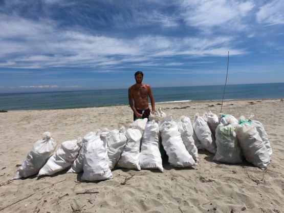 This guy cleaned a 1.5km beach in Greece, filling 20 sacks with garbage. Doing his part #trashtag !