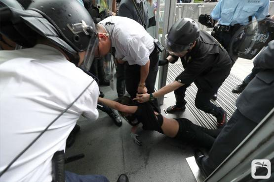 How Hong King polices treat a female protestor Cr:apple daily hk