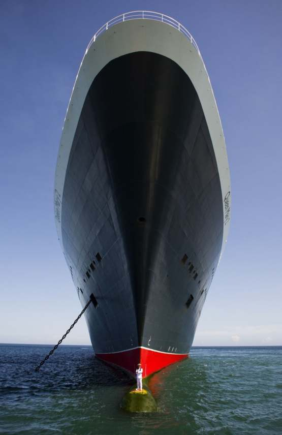 The most crazy pic of the Queen Mary 2 and it's captain