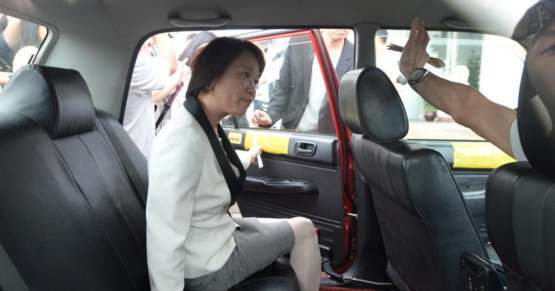 Hong Kong lawmaker Priscilla Leung kicked out by taxi driver when she tried to evade the crowd of protestors by taking a taxi.