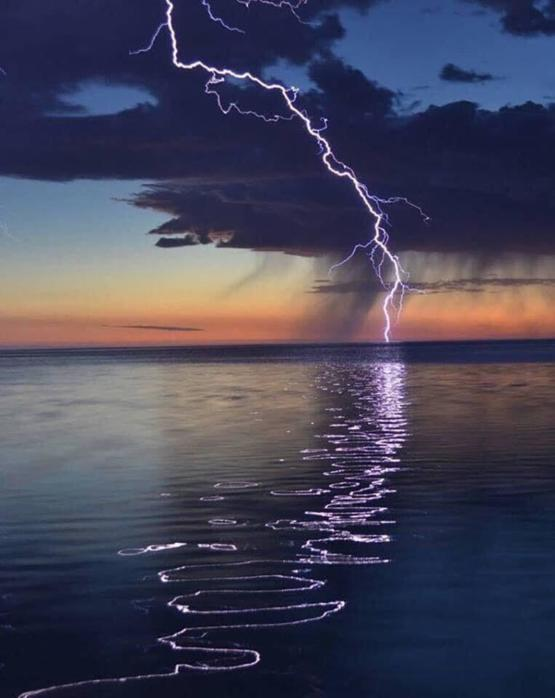 The way this lightning reflected off the water