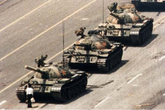 """Given that reddit just took a $150 million investment from a Chinese censorship powerhouse, I thought it would be nice to post this picture of """"Tank Man"""" at Tienanmen Square before our new glorious overlords decide we cannot post it anymore."""