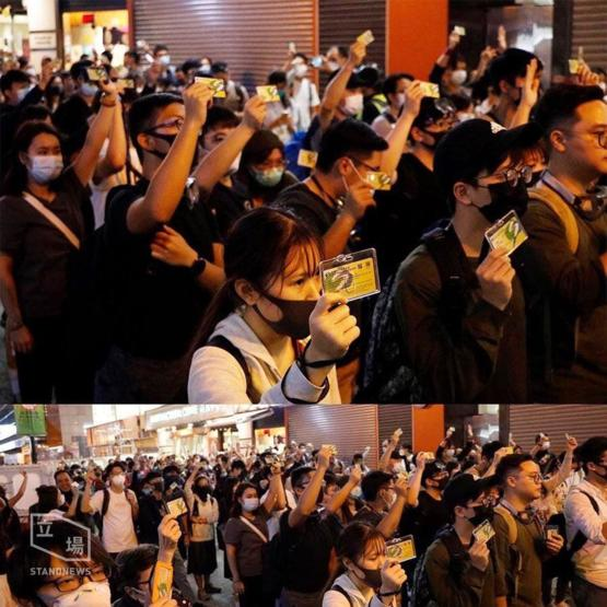 Over 100 social workers hold up their social worker ID, demanding to deliver supplies to support the students in Hong Kong Polytechnic University