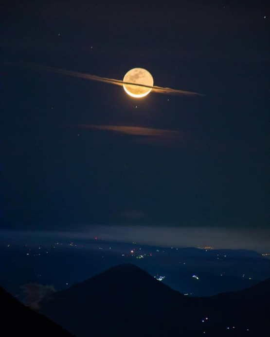 A night where the moon dressed like Saturn (by u/asdfpartyy).