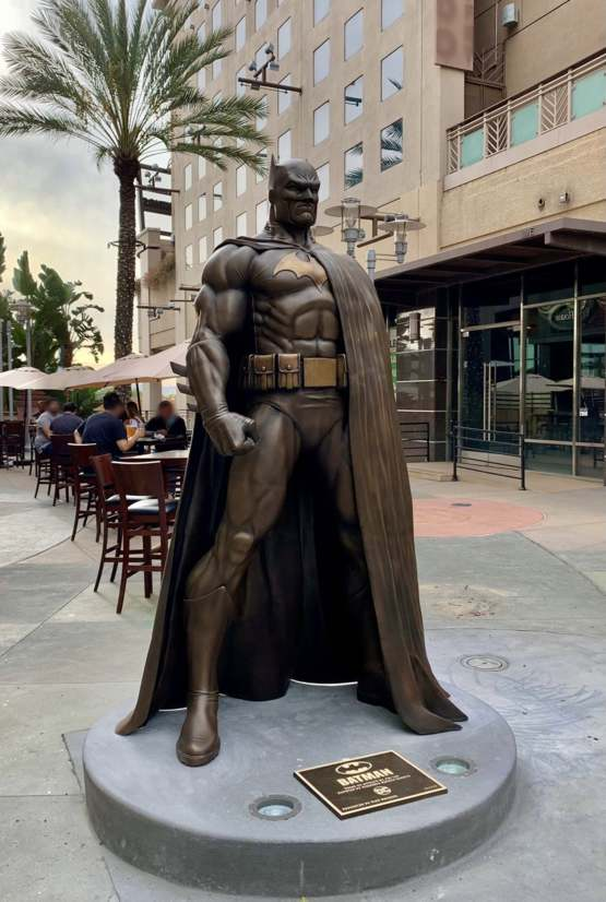 A bronze Batman statue was unveiled in Burbank, California today and it's glorious