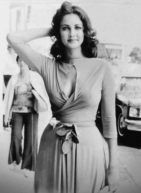 lynda carter smiling in the 70's