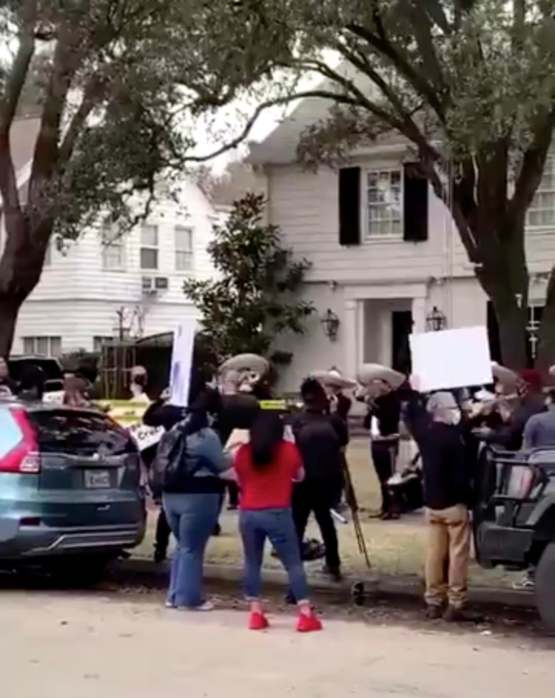 Someone sent a mariachi band to Ted Cruz's house today