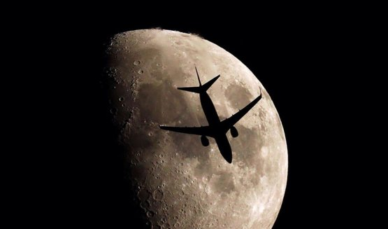 The Prince of the SKY > Boeing 737???????? (USA) & Moon. photo/  (france)