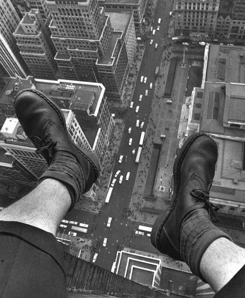 Grey Villet's feet dangling over 5th Avenue, 1954