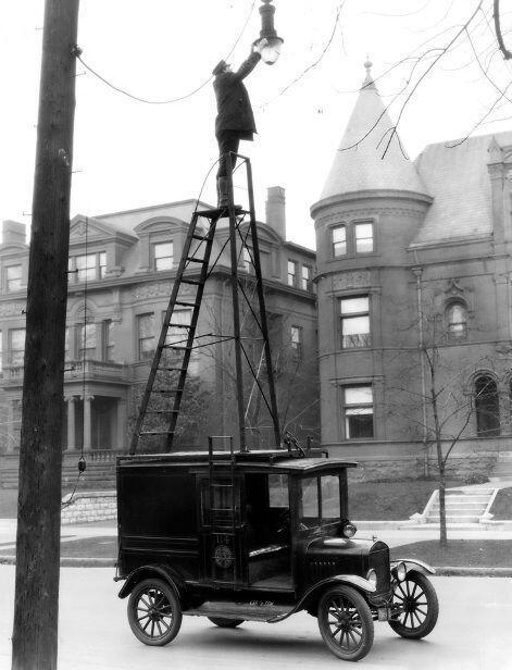 U.S. changing street lamps, 1910s