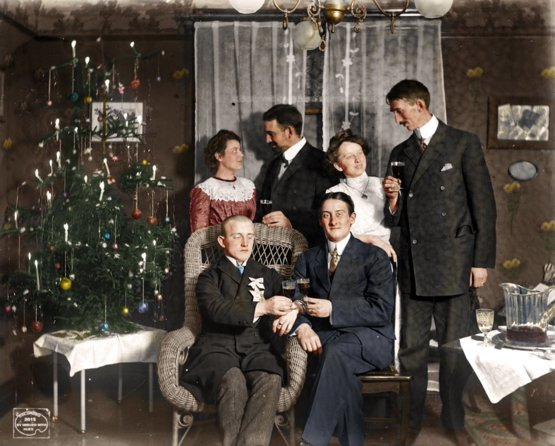A colorized photo of Christmas in Buffalo NY, 1909. Check out the candles on the tree!