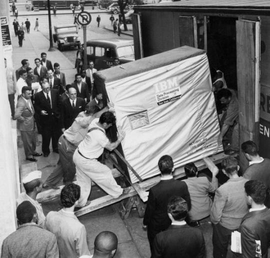 Historic #ManualHandling (via ) 5 MB harddrive being shipped by IBM, 1956.  #HealthandSafety