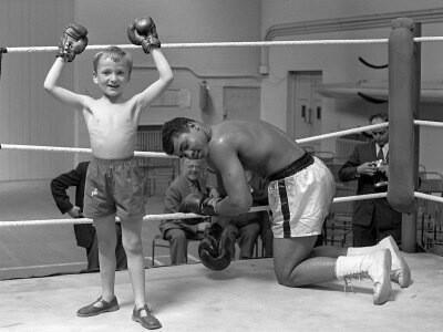 """HE SHOULDA SNUCK DAT LIL CRACKA """" Muhammed Ali letting a young fan win a fight"""